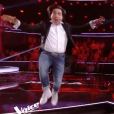 """Un candidat déjanté chute lourdement dans """"The Voice 7"""" sur TF1. Le 3 février 2018."""