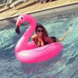 Karine Ferri profite de ses vacances en maillot de bain sexy au bord d'une piscine, en août 2017.