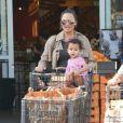 Chrissy Teigen, enceinte est allée faire des courses chez Bristol Farms avec sa fille Luna (assise dans le caddie) à Beverly Hills, le 6 février 2018.