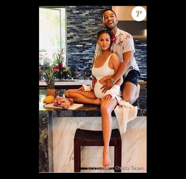 Chrissy Teigen, enceinte et son mari John Legend. Décembre 2017.