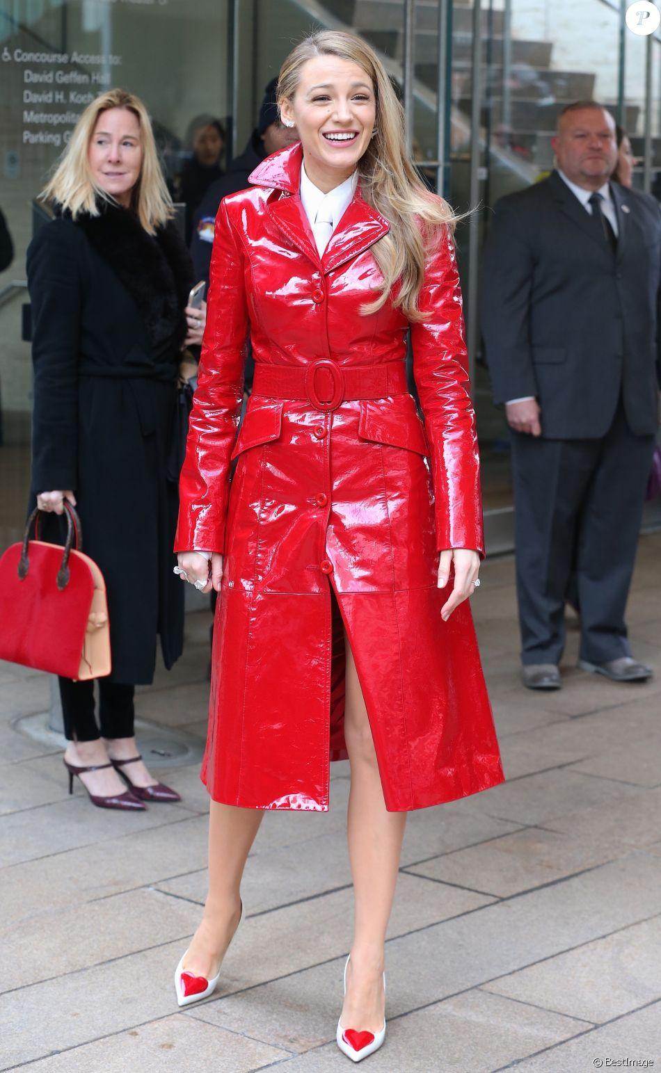 """Blake Lively assiste au défilé de mode """"Michael Kors Collection"""", habillée d'un trench-coat en cuir vernis et d'une chemise Michael Kors Collection (collection Transeason 2018), et de souliers Christian Louboutin. New York, le 14 février 2018."""