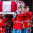 Le cercueil du prince Henrik de Danemark quitte, sous les yeux de la reine Margrethe II et de la famille royale danoise, l'église du palais de Christiansborg à Copenhague le 20 février 2018 lors de ses obsèques. Sa dépouille sera incinérée et ses cendres en partie dispersées dans la mer, l'autre partie inhumée à Fredensborg.