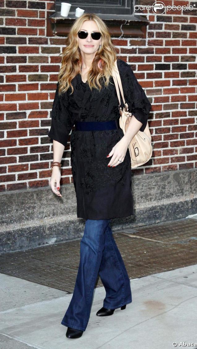 Julia Roberts en toute décontraction à son arrivée sur un plateau télé mardi. Manteau kimono cinturé + jean évasé = un look chic assuré. Avec les bonnes bottes et les lunettes parfaites, Julia Roberts brille par sa simplicite.