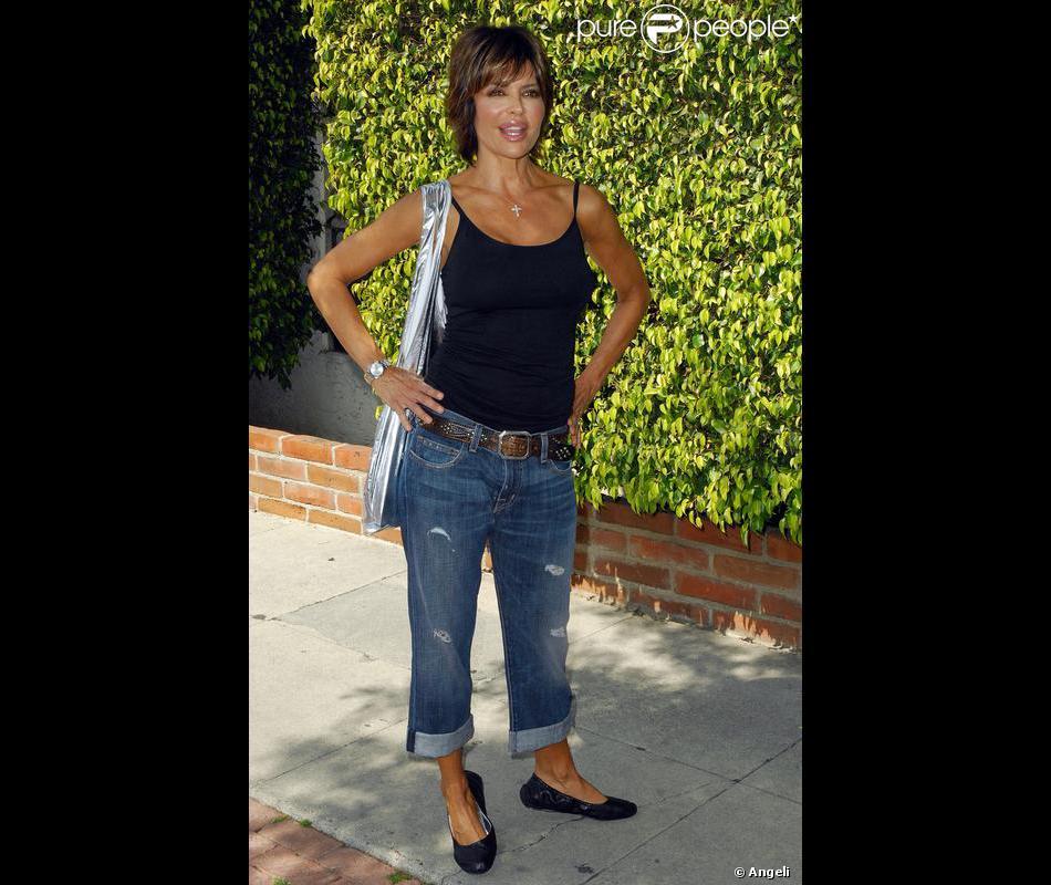 lisa rinna avec son boyfriend jean trou une ceinture indispensable un d bardeur noir des. Black Bedroom Furniture Sets. Home Design Ideas