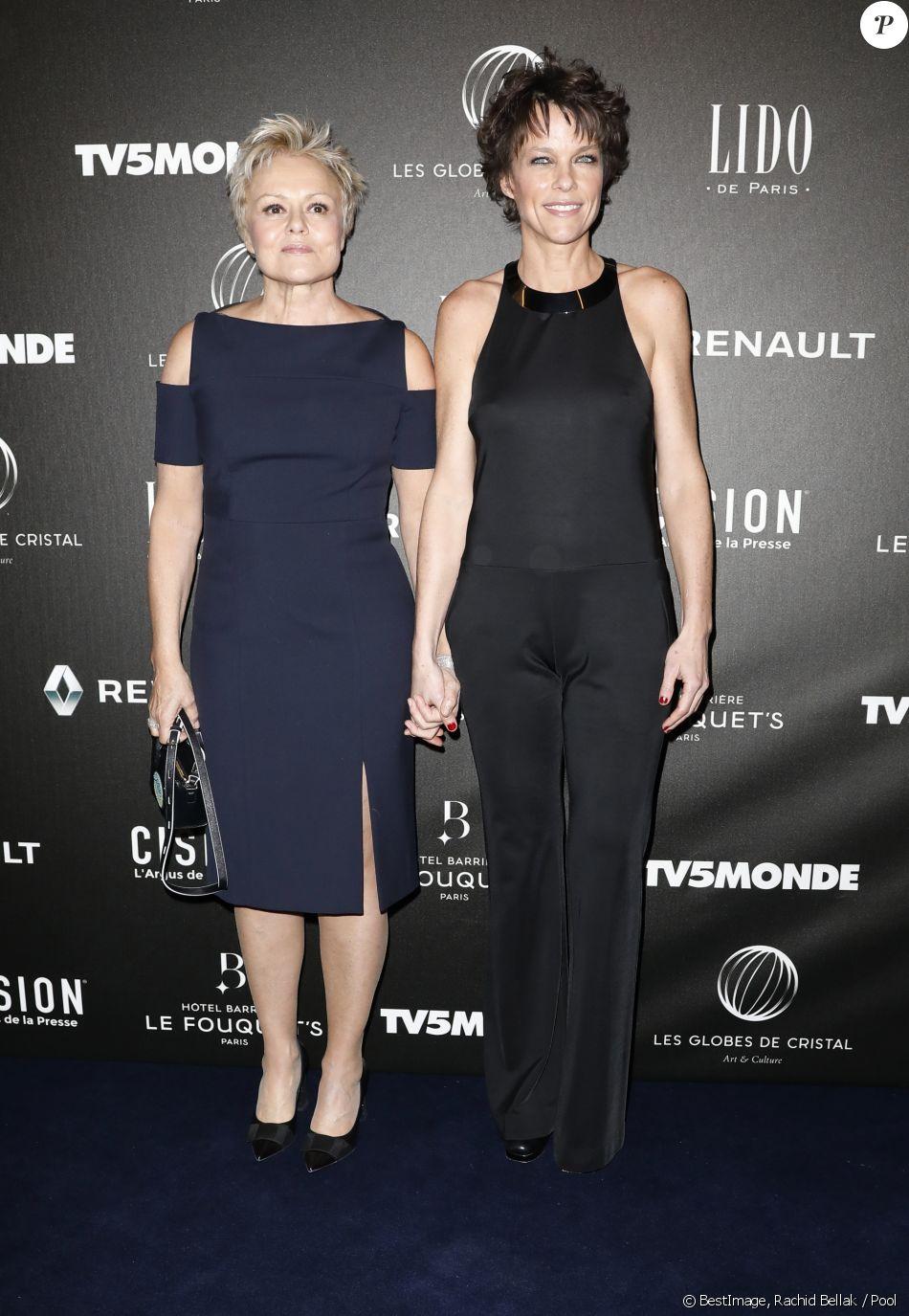 Muriel Robin et sa compagne Anne Le Nen - Photocall - 12ème cérémonie des Globes de Cristal au Lido à Paris, le 12 février 2018. © Rachid Bellak / Pool / Bestimage