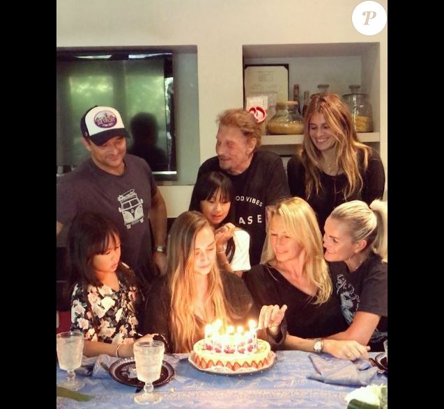 Emma Smet a fêté son 20e anniversaire avec ses parents Estelle Lefébure et David Hallyday, son petit frère Cameron Hallyday, son grand-père Johnny Hallyday, Laeticia Hallyday, ses tantes Jade et Joy Hallyday. Vidéo postée sur Instagram le 17 septembre 2017.