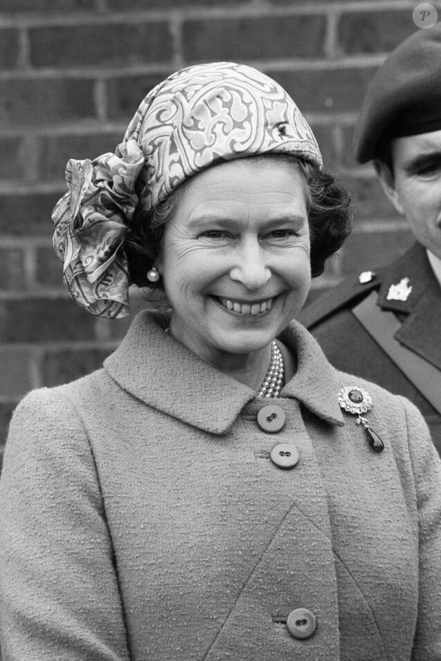 La reine Elizabeth II lors d'une visite au corps des renseignements de l'Armée à Ashford dans le Kent en mars 1981.