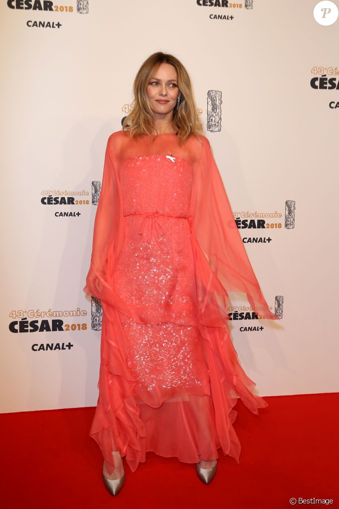 vanessa paradis portant le ruban maintenant on agit photocall de la 43 me c r monie des. Black Bedroom Furniture Sets. Home Design Ideas