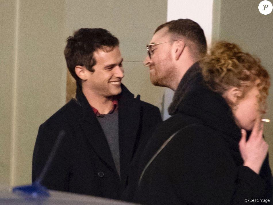 Exclusif - Sam Smith et son compagnon Brandon Flynn en balade dans le quartier de Soho à Londres. Lily, la soeur de Brandon, les accompagne. Le 25 février 2018.