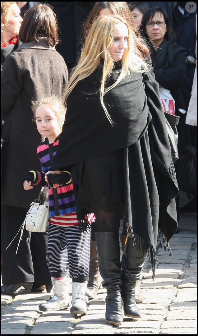 Chloé Mons, veuve d'Alain Bashung, et leur fille Poppée lors des obsèques du chanteur à Paris le 20 mars 2009.