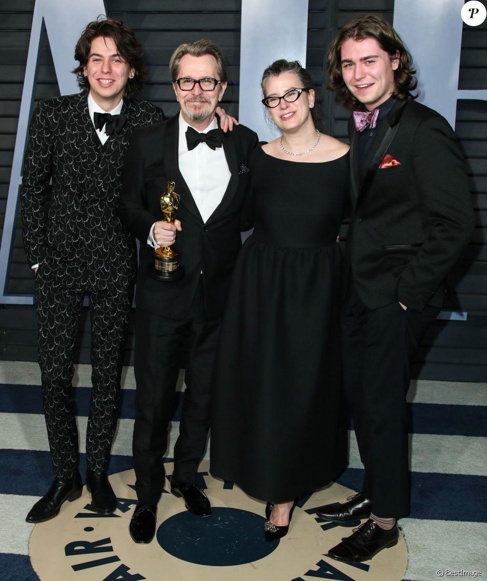 Gary Oldman avec sa femme Gisele Schmidt et ses enfants Charlie Oldman et Gulliver Oldman à la soirée Vanity Fair Oscar au Wallis Annenberg Center à Beverly Hills, le 4 mars 2018