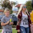 Tori Spelling et Dean McDermott emmènent leurs enfants Liam, Stella, Hattie, Finn et Beau dîner au Black Bear Diner à Encino, à Los Angeles le 9 mars 2018.