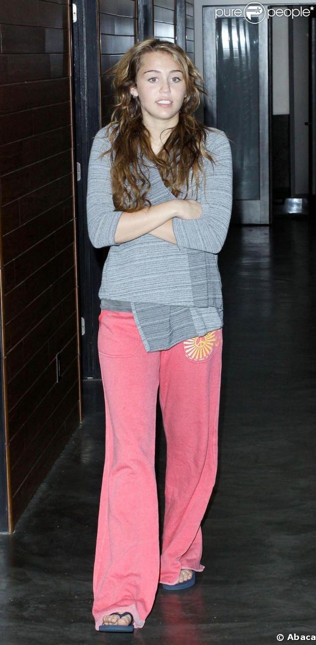 Miley Cyrus et son pantalon trop long, à Los Angeles. 24/03/09