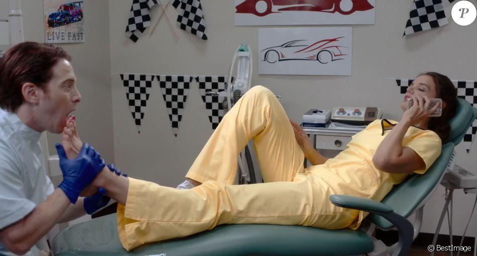 """Katie Holmes et Seth Green dans une scène du film """"Dear Dictator""""."""