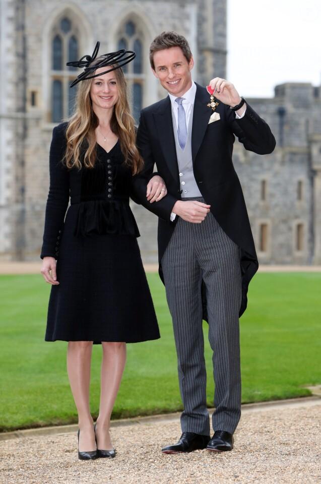 Eddie Redmayne reçoit la médaille d'Officier dans l'ordre de l'Empire britannique pose avec sa femme Hannah Bagshawe à Windsor, Royaume Uni, le 2 décembre 2016.