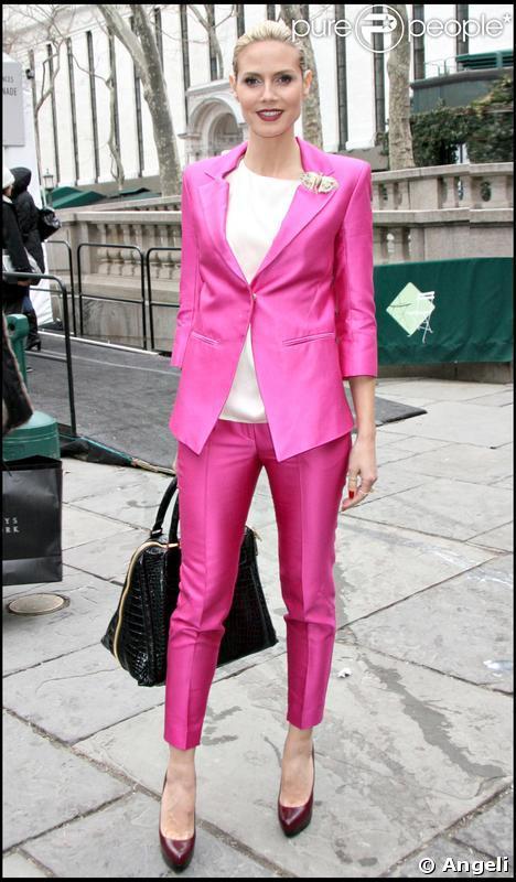 Heidi Klum a opté pour le total look avec un tailleur signé Matthew Williamson