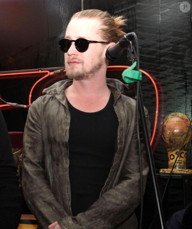 """Macaulay Culkin est en concert avec son nouveau groupe """"Pizza Underground"""" au magasin """"Moscot Eyeglass"""" a New York. Le 23 janvier 2014"""