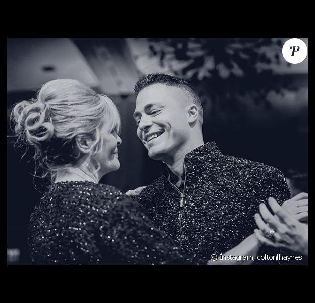 Colton Haynes et sa maman Dana, en décembre 2017.