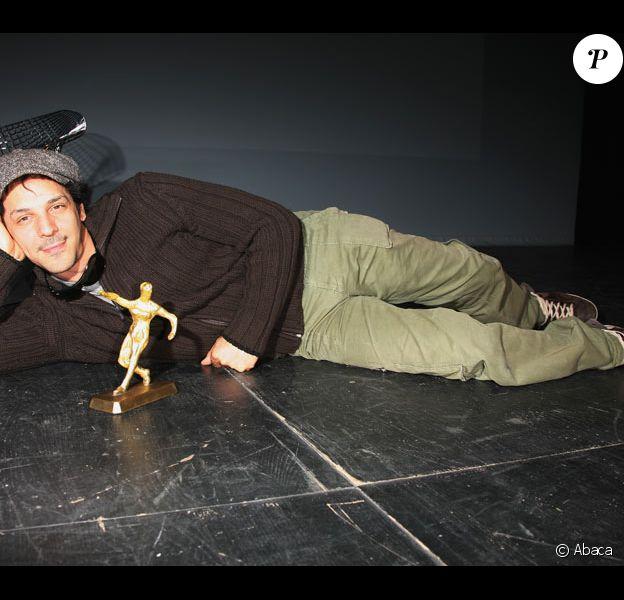 Tomer Sisley recevant Le Prix Rémy Julienne en sa présence le 29 mars 2009 durant le Festival du film de Valenciennes