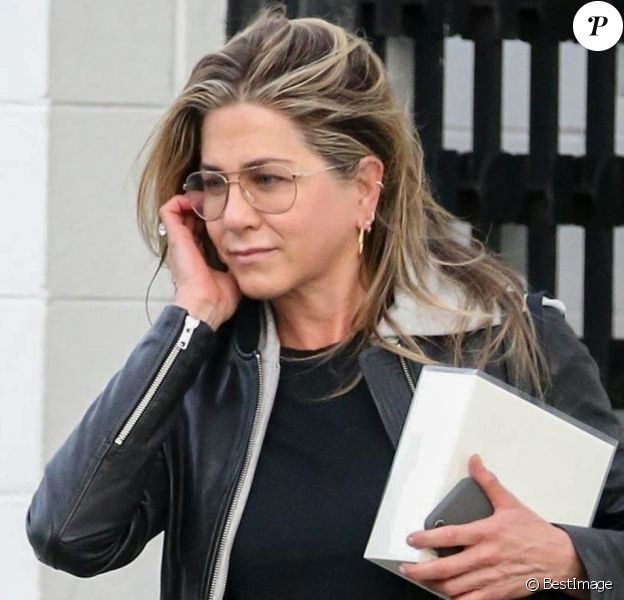 Jennifer Aniston à la sortie du salon de coiffure Balayage By Nancy Braun à Beverly Hills, le 5 avril 2018.