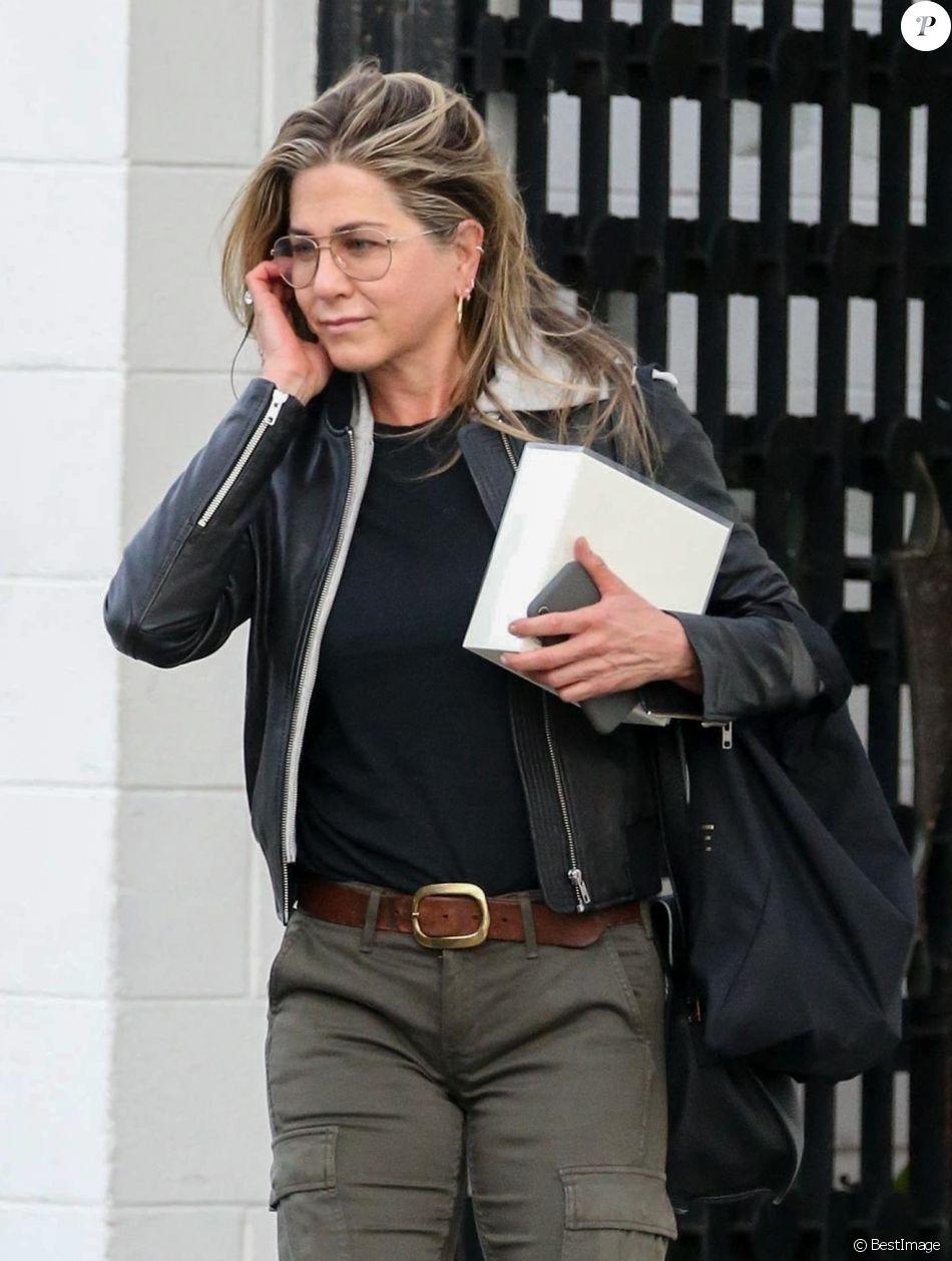 657ee9086552b1 Jennifer Aniston à la sortie du salon de coiffure Balayage By Nancy Braun à  Beverly Hills