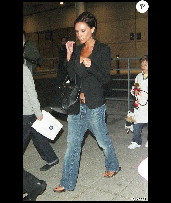 Victoria beckham toujours tendance porte un boyfriend jean for Porte 8 stade rades