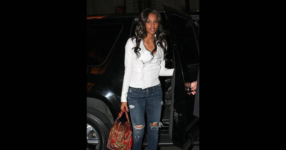jean trou top tendance et veste en cuir blanche pour la chanteuse de r 39 n 39 b ciara purepeople. Black Bedroom Furniture Sets. Home Design Ideas