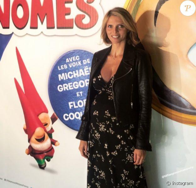 """Sylvie Tellier enceinte et rayonnante pour assister à l'avant-première du film """"Sherlock Gnomes"""" avec sa petite fille Margaux (4 ans)."""