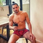 Florent Manaudou : Sexy en caleçon, il prend la pose relax...