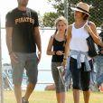 Exclusif - Brooke Burke avec David Charvet et leurs enfants Shaya et Heaven se relaxent au parc à Malibu le 22 avril 2017.