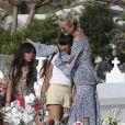 Laeticia Hallyday, ses filles Jade et Joy et Sylviane (la nounou) sont allées se recueillir sur la tombe de J.Hallyday au cimetière marin de Lorient à Saint-Barthélemy, le 16 avril 2018. Laeticia a fondu en larmes dans les bras de ses filles. Elles sont ensuite allées à la plage avec son amie L. Jossua et son fils et ont fini la journée par un peu de shopping.16/04/2018 - Saint-Barthélemy