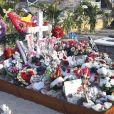 Illustrations de la tombe de Johnny Hallyday au cimetière marin de Lorient à Saint-Barthélemy le 14 avril 2018. Elle est toujours aussi fleurie et recouverte de messages touchants de la part d'admirateurs et de proches. Laeticia Hallyday et ses filles Jade et Joy arrivent à Saint Barth pour les vacances de Pâques pour se ressourcer, loin des affaires concernant l'héritage, et se recueillir dans le calme et la sérénité seulement 4 mois après l'inhumation. 14/04/2018 - Saint-Barthélemy