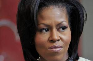 Pendant que la chic Michelle Obama et son époux Barack font leur boulot... dans les rues de Londres, ça chauffe !