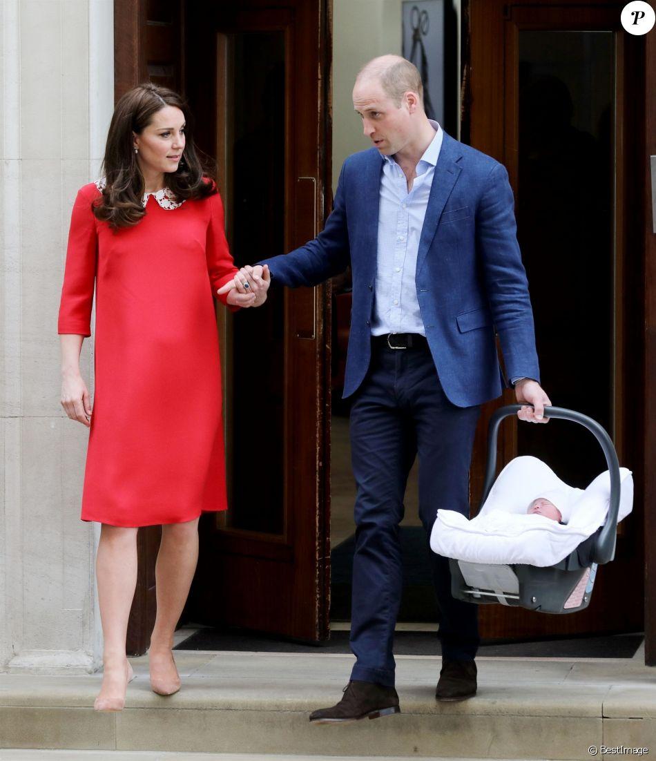 La duchesse Catherine de Cambridge (Kate Middleton) portait une robe Jenny Packham pour sa sortie de la maternité de l'hôpital St Mary le 23 avril 2018 quelques heures après la naissance de son troisième enfant, tout comme à la suite des naissances de George (en 2013) et Charlotte (en 2015).