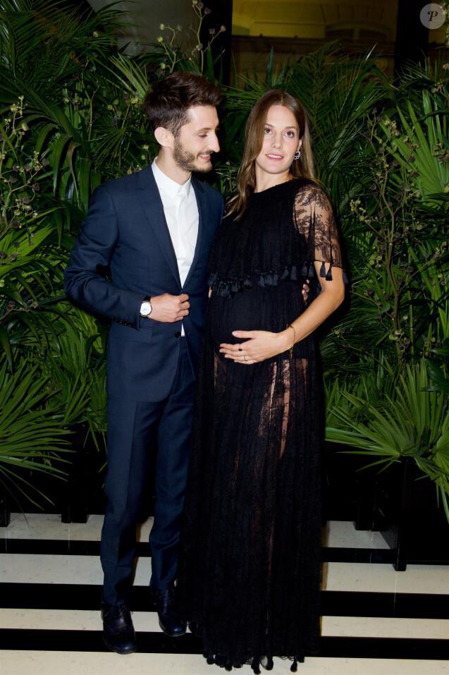 544f277aeeb13 Semi-exclusif - Pierre Niney et sa compagne Natasha Andrews (enceinte) -  Dîner