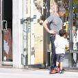 Olivier Martinez se promène avec son fils Maceo à Los Angeles, le 25 avril 2018.