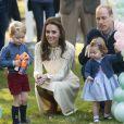 Kate Middleton et le prince William avec leurs enfants le prince George de Cambridge et la princesse Charlotte de Cambridge le 29 septembre 2016 à Victoria au Canada lors d'une fête pour enfants à la Maison du Gouvernement.