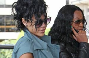 Rihanna est arrivée à Hawaï pour enregistrer son album... avec un beau sourire et une mine étincelante ! Regardez !
