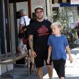 Pete Wentz, son fils Bronx, sa compagne Meagan Camper, et leur fils Saint, passent du temps en famille le jour de la fête des pères à Studio City, le 18 juin 2017.