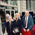 Farrah Fawcett et ses parents inaugurant son étoile sur le Walk of Fame à Hollywood le 8 février 1995
