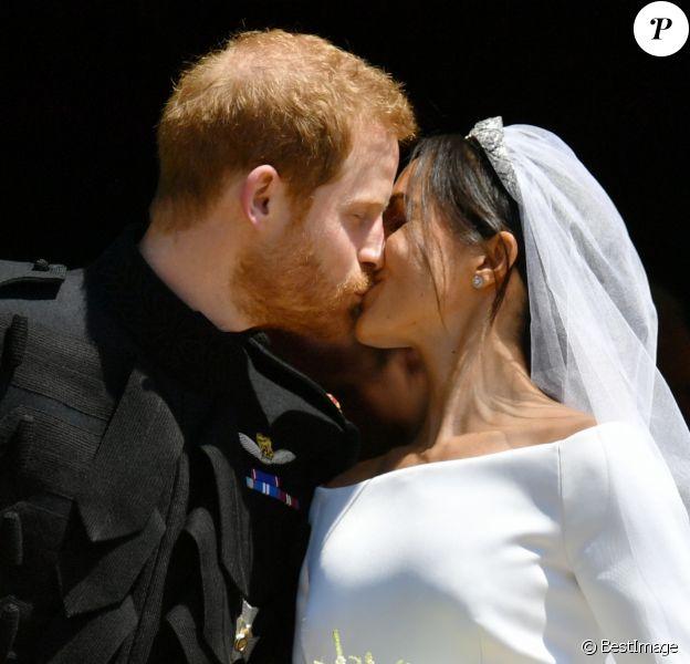 Le prince Harry et Meghan Markle (en robe de mariée Givenchy), duc et duchesse de Sussex, s'embrassant à la sortie de chapelle St. George au château de Windsor après leur mariage le 19 mai 2018. Un baiser intense, à l'image de l'image de leur amour tout au long de la cérémonie.