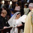Le prince Harry et Meghan Markle (en robe de mariée Givenchy), duc et duchesse de Sussex, en la chapelle St. George au château de Windsor après leur mariage le 19 mai 2018.