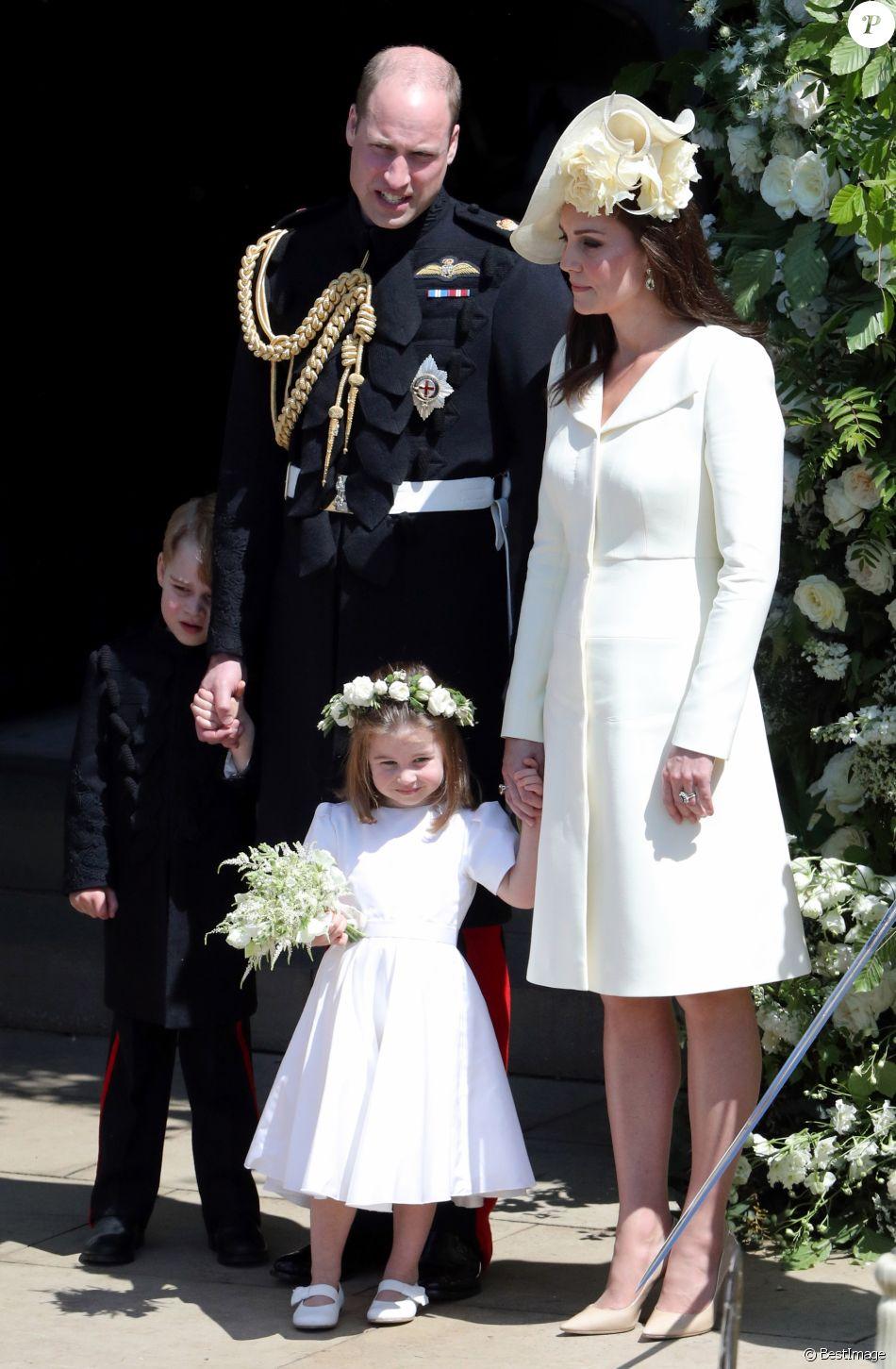 Mariage du prince Harry et de Meghan Markle , Le prince William, Kate  Middleton et leurs enfants George et Charlotte de Cambridge à la sortie de  la chapelle