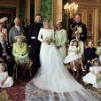 Le prince Harry et la duchesse Meghan de Sussex (Meghan Markle), photo officielle de leur mariage le 19 mai 2018 réalisée au château de Windsor par Alexi Lubomirski. Les jeunes mariés sont ici entourés de leur famille et de leurs enfants d'honneur : (debout, de g. à dr.) Jasper Dyer, la duchesse Camilla de Cornouailles, le prince Charles, Doria Ragland, le prince William ; (rangée centrale) Brian Mulroney, le duc d'Edimbourg, la reine Elizabeth II, la duchesse Catherine de Cambridge, la princesse Charlotte, le prince George, Rylan Litt, John Mulroney ; (au sol) Ivy Mulroney, Florence van Cutsem, Zalie Warren, Remi Litt. ©Alexi Lubomirski via Bestimage