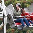Exclusif - Sandra Bullock s'amuse avec son compagnon Bryan Randall et ses enfants Laila et Louis dans les manèges à Studio City le 12 mai 2018.