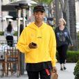 Exclusif - Jaden Smith dans la rue à Beverly Hills avec son déjeuner à la main le 22 mai 2018.
