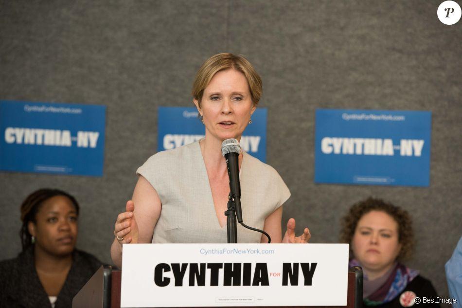 Cynthia Nixon, candidate démocrate au poste de gouverneur de New York, déclare qu'elle ferait en sorte que New York dépende à 100% de l'énergie renouvelable d'ici 2050 au Rockaway YMCA à New York City, New York, Etats-Unis, le 20 avril 2018.
