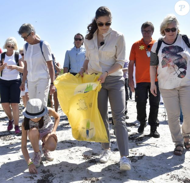 """La princesse Victoria de Suède ramasse des déchets dans le Parc national de Kosterhavet dans l'archipel des îles Koster, dans l'ouest de la Suède, le 24 mai 2018. La dixième de ses """"promenades"""" destinées à valoriser le patrimoine naturel de son pays."""