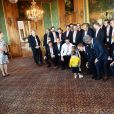 La princesse Victoria, le prince Daniel et le prince Carl Philip de Suède, avec le prince Oscar et la princesse Estelle de Suède, célébrant le titre de champions du monde des hockeyeurs suédois le 21 mai 2018 au palais royal à Stockholm.