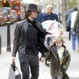 Liam Gallagher et son fils Lennon à Londres. Avril 2008.
